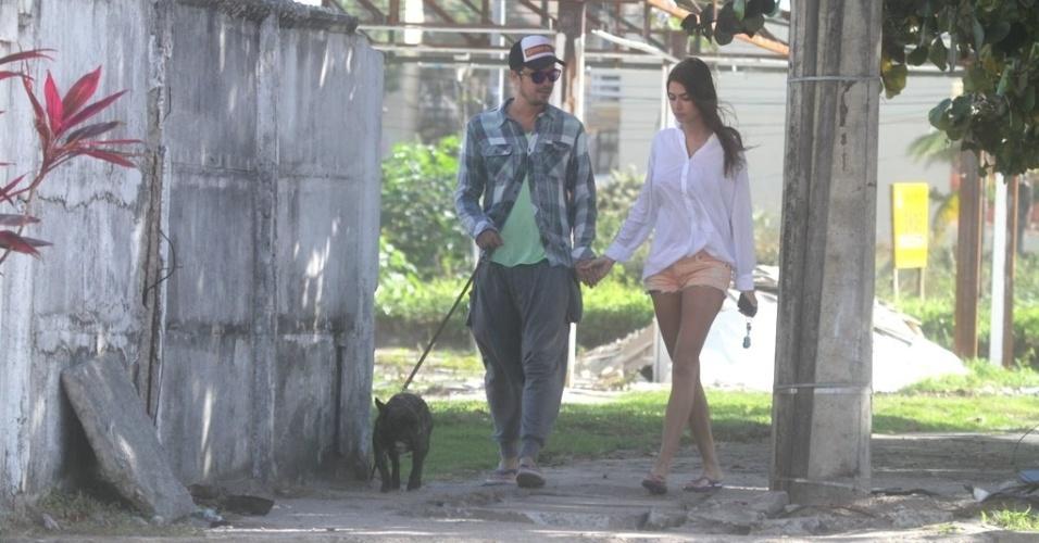 De mãos dadas Paulo Vilhena e Thaila Ayala passeiam com o cachorro na orla do Recreio, no Rio (23/6/12)