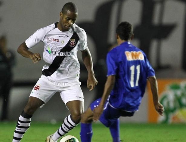 Dedé encara marcação de jogador do Cruzeiro durante partida em São Januário (23/06/2012)