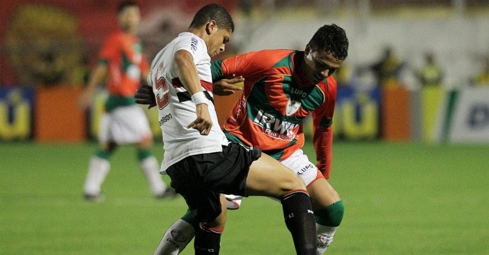 Denílson, do São Paulo, e Ivan, da Portuguesa, disputam bola em partida no Canindé