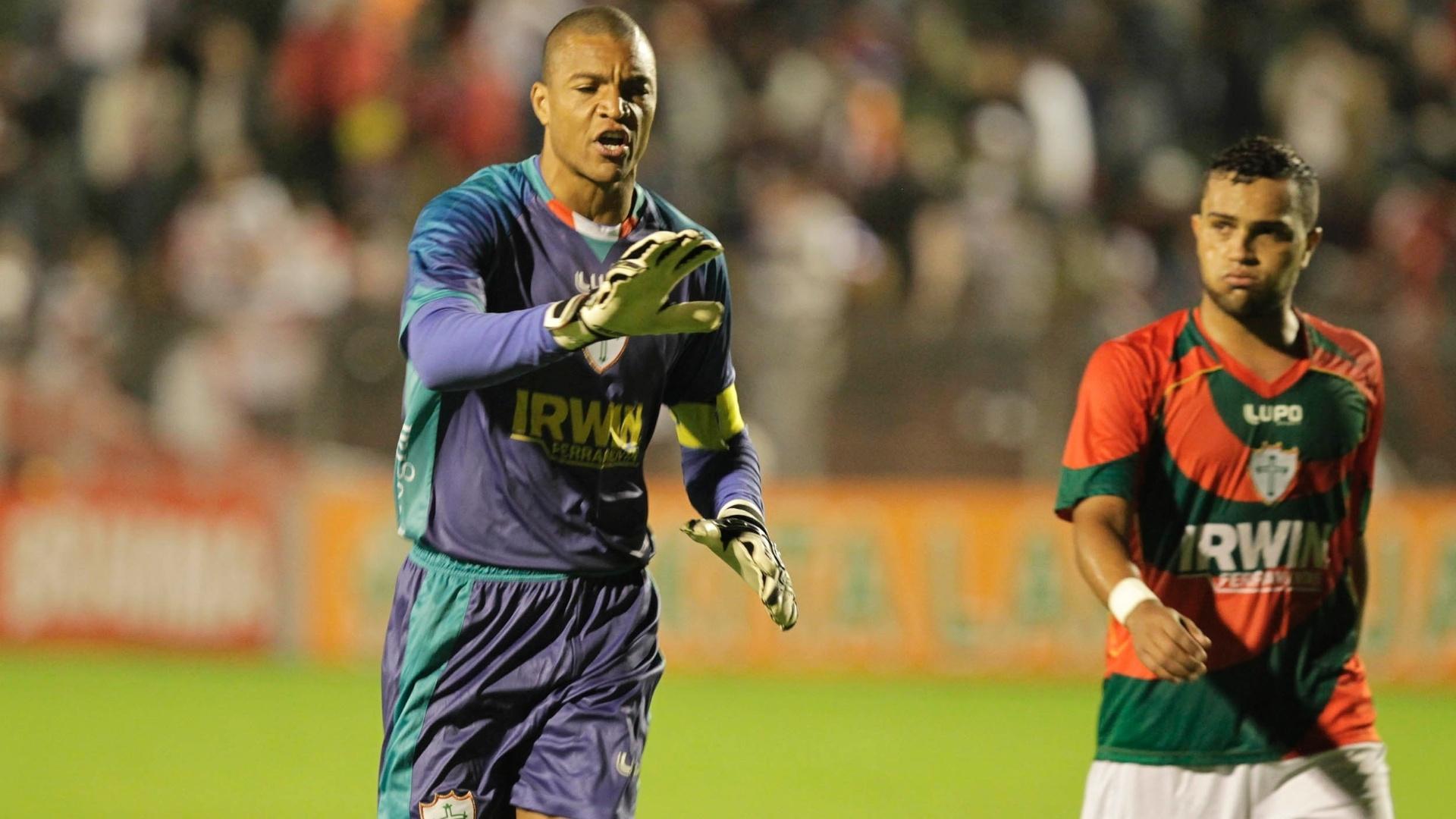 Dida alerta zagueiros da Portuguesa na partida contra o São Paulo