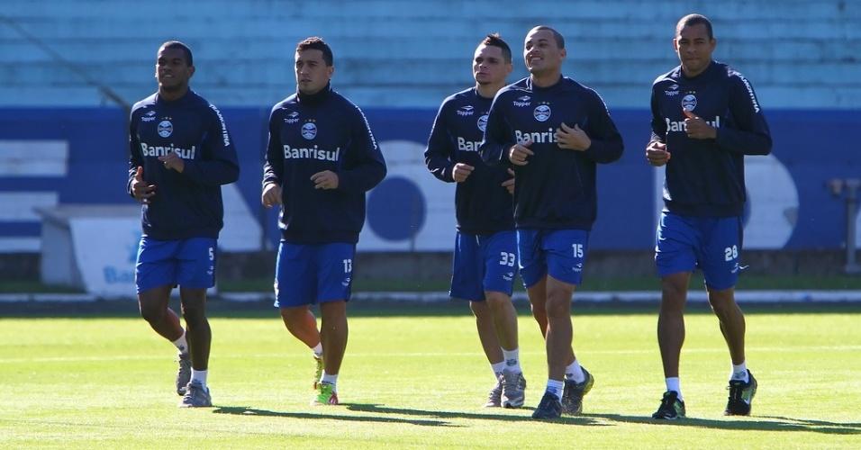 Fernando, Edilson, Pará, Leo Gago e Gilberto Silva correram ao redor do gramado em treino do Grêmio (23/06/2012)