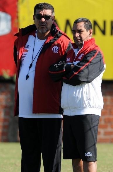 Joel Santana e Zinho conversam durante treino do Flamengo no Rio Grande do Sul (23/06/2012)