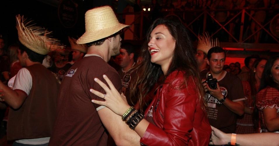 José Loreto e Débora Nascimento dançam quadrilha em festa de São João, em Gravatá, Pernambuco (22/6/12). Os dois interpretam Darkson e Tessália em