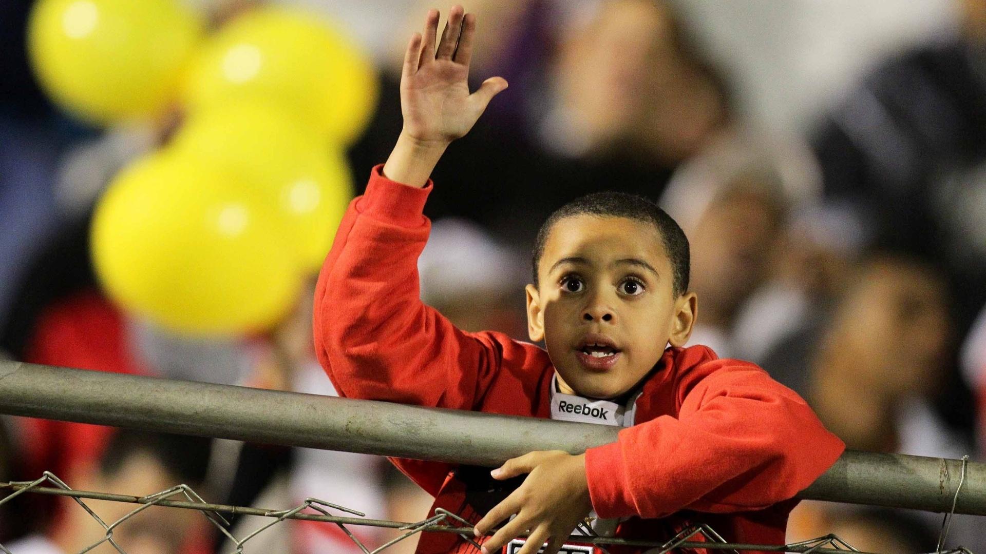 Jovem são-paulino incentiva equipe na partida contra a Portuguesa, no Canindé