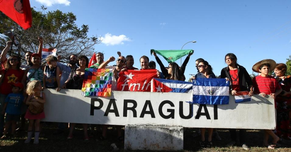 Manifestantes vão para a frente da embaixada do Paraguai no Brasil, em Brasília, para apoiar o ex-presidente Fernando Lugo. O ato foi organizado pelos movimentos populares, MST, juventude do PT, movimentos camponeses e reuniu 50 pessoas. Os manifestantes pediram para que o governo brasileiro não reconheça o novo presidente nos fóruns internacionais e que a presidente Dilma não o receba