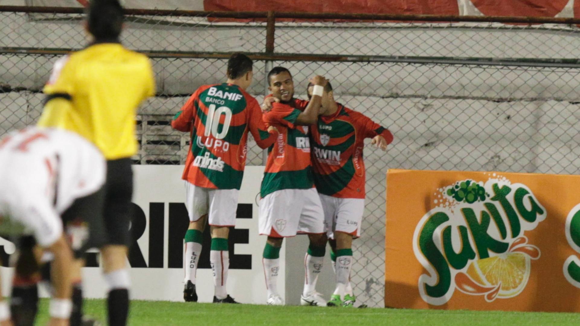 Meia Ivan comemora com companheiros de equipe gol marcado no jogo contra o São Paulo