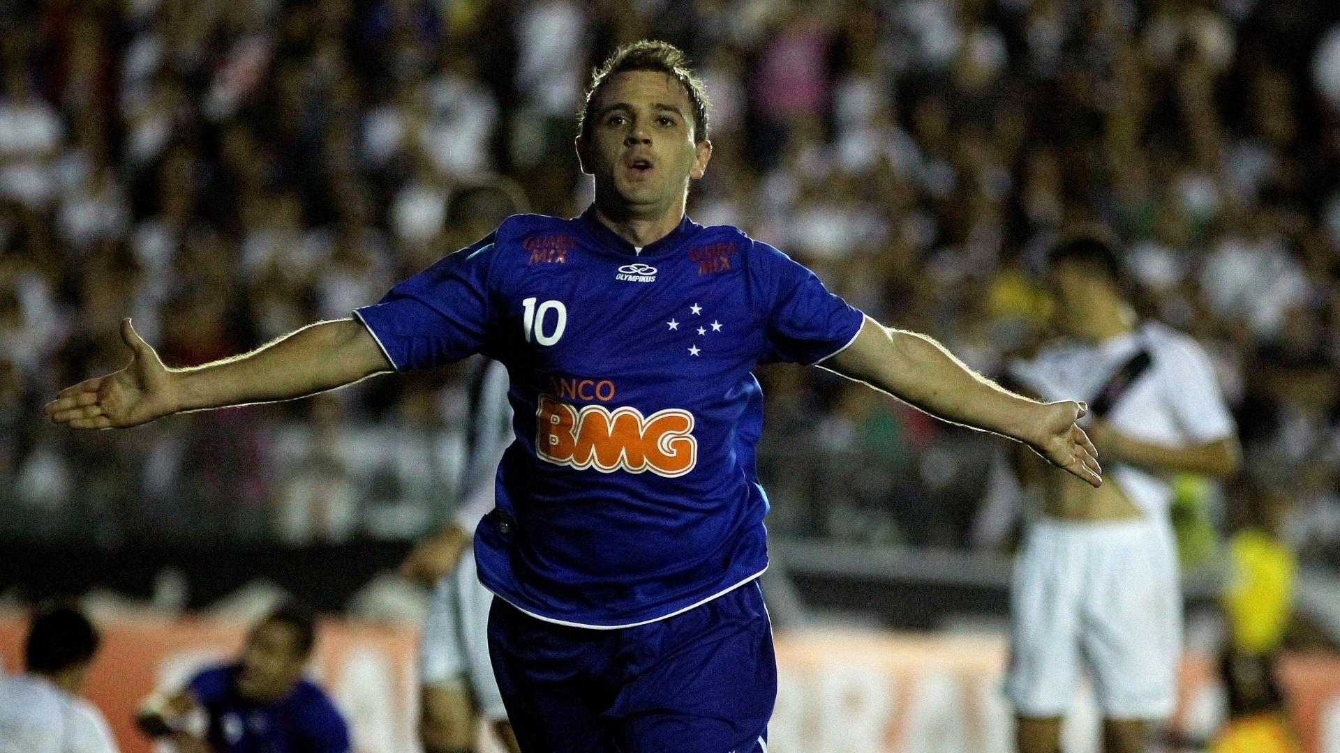 Montillo comemora após fazer o primeiro gol do Cruzeiro contra o Vasco (23/06/2012)