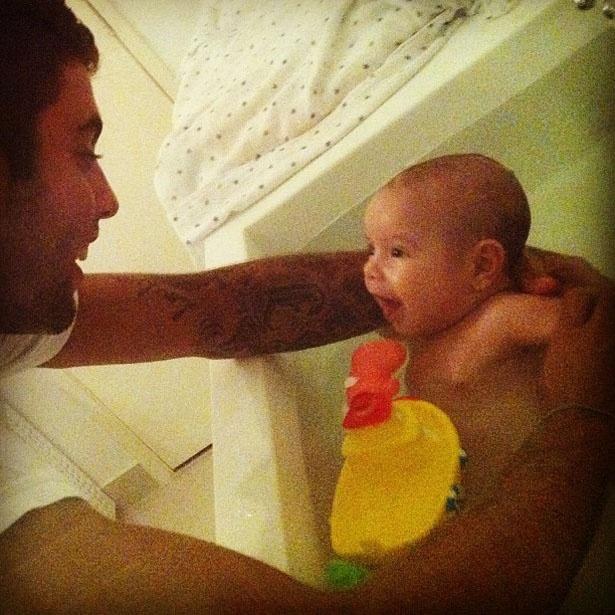 """Pedro Scooby publicou uma foto no Instagram em que aparece dando um banho em Dom, seu filho com a atriz Luana Piovani. """"Mamãe registrou o banho de amor!"""", escreveu"""