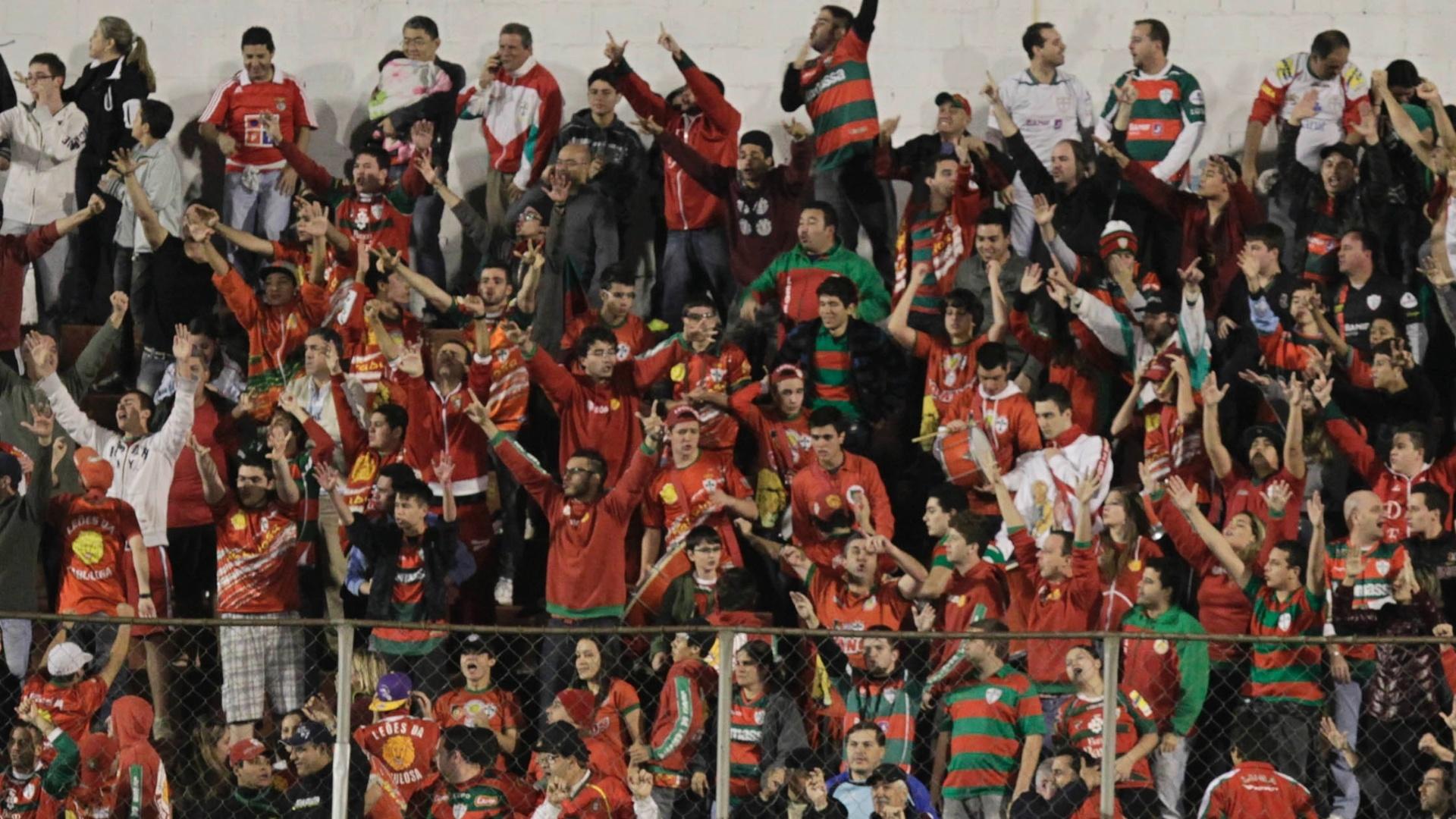 Torcedores da Portuguesa cantam para incentivar equipe no Canindé