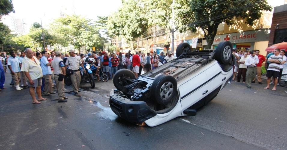 Três homens trocaram tiros com policiais militares no Leblon, bairro nobre da zona sul do Rio. O proprietário de um carro da marca Ford Eco Sport foi abordado com uma pistola pelos bandidos e entregou o veículo. Ninguém ficou ferido