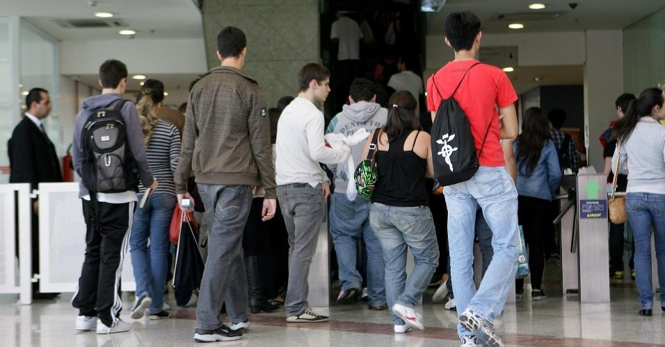 24.jun.2012 - A Unesp (Universidade Estadual Paulista) encerra a segunda fase do vestibular 2012 de inverno neste domingo (24). O exame será aplicado das 14h às 18h30