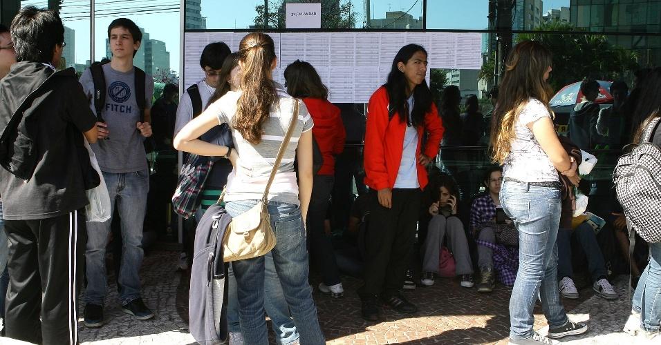 24.jun.2012 - A Unesp (Universidade Estadual Paulista) encerra a segunda fase do vestibular 2012 de inverno neste domingo (24). O exame será aplicado das 14h às 18h30. Candidatos aguardam a abertura dos portões em local de prova na capital paulista
