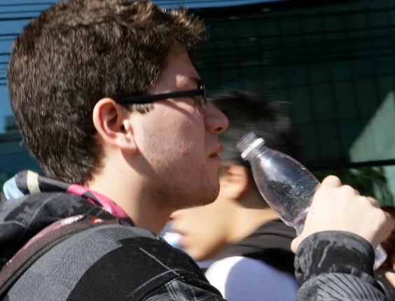24.jun.2012 - A Unesp (Universidade Estadual Paulista) encerra a segunda fase do vestibular 2012 de inverno neste domingo (24). O exame será aplicado das 14h às 18h30. Em dia de sol forte, candidato bebe muita água para se refrescar