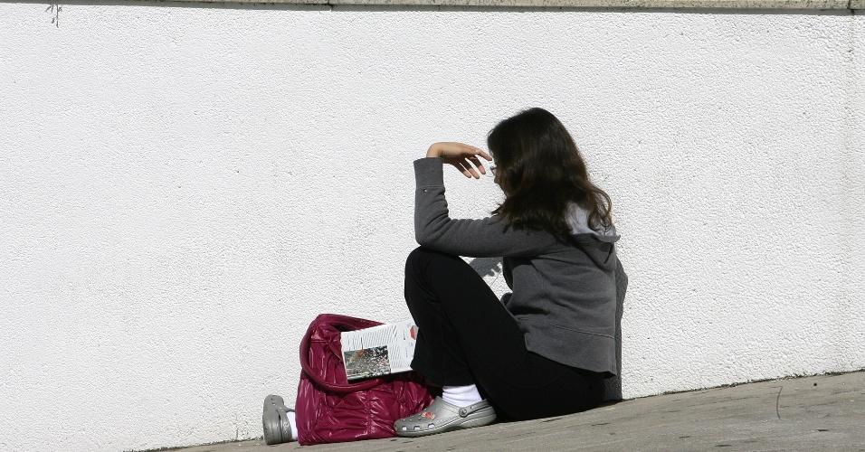 24.jun.2012 - Em domingo de sol em São Paulo, candidatos da segunda fase da Unesp (Universidade Estadual Paulista) procuram por sombra antes de entrar no local de aplicação dos exames