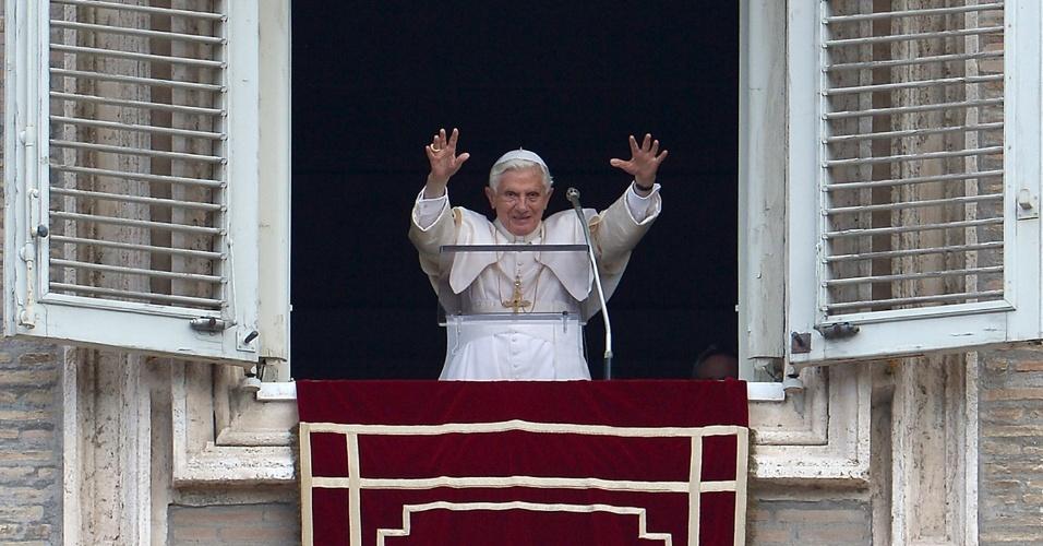24.jun.2012 - O papa Bento 16 cumprimenta fiéis da janela de seu aposento na Basílica de São Pedro, no Vaticano, antes de rezar a missa dominical