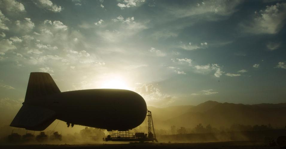 24.jun.2012 - Tempestade de areia levanta um balão inflável no Afeganistão