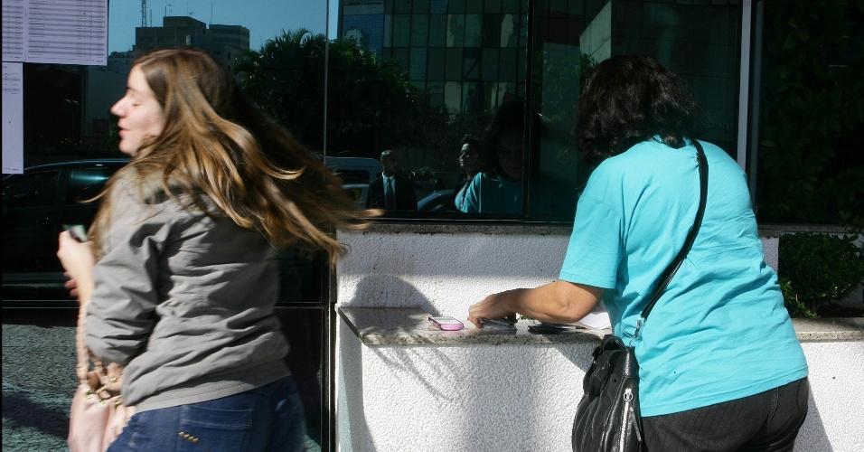 24.jun.2012 - Vestibulanda não poderia fazer a prova, pois estava somente com a cópia do RG. Ela liga para a mãe, que chega com o documento a tempo