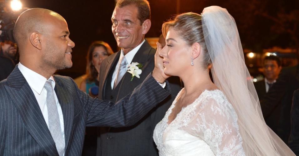 """A atriz Luma Costa entra na igreja ao lado do pai, Jorge Bastos (23/6/12). Luma viveu Nanda em """"Fina Estampa"""""""