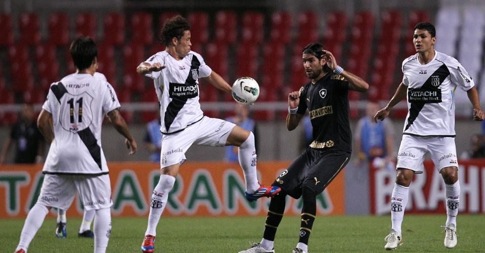 Loco Abreu, que ameaçou na última semana deixar o Botafogo, é cercado por ponte-pretanos