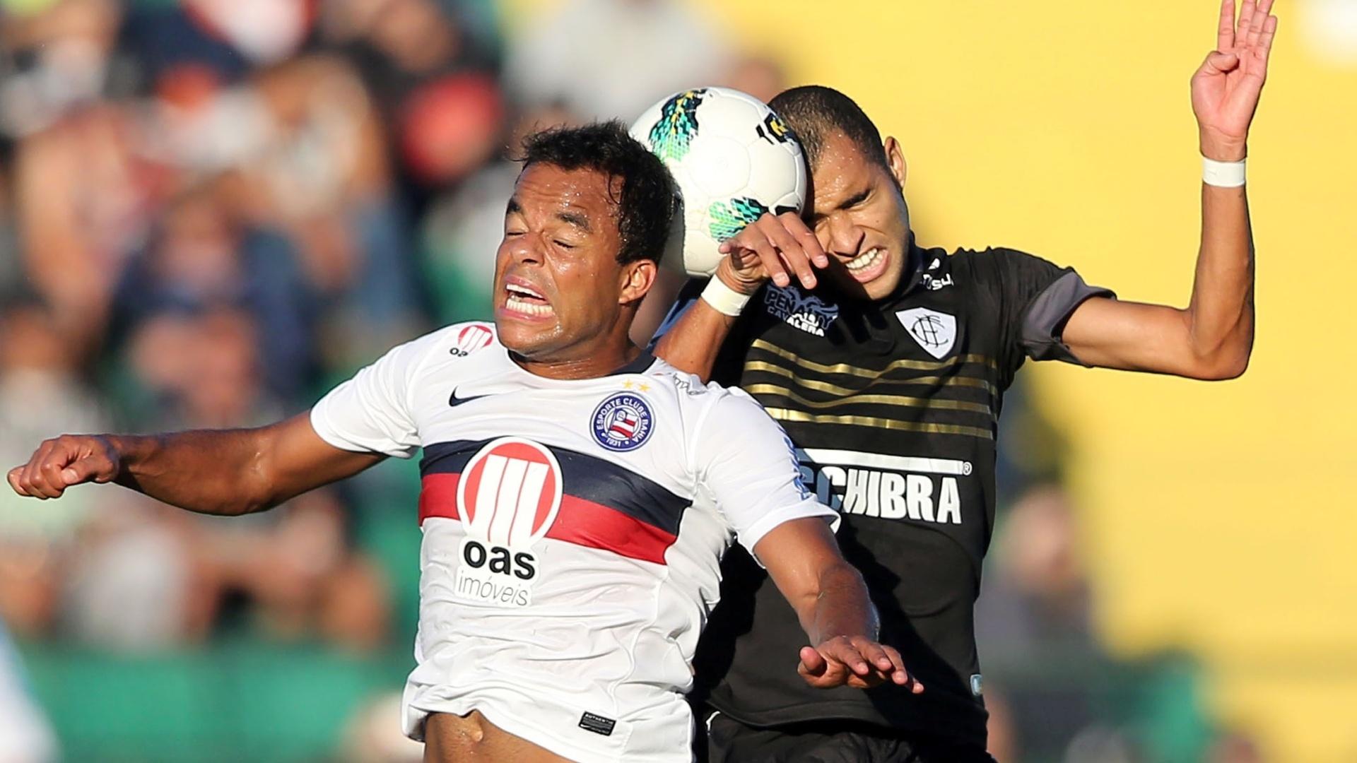Mancini (esq.), ex-Atlético-MG, disputa bola com a defesa do Figueirense em empate por 1 a 1 em Florianópolis