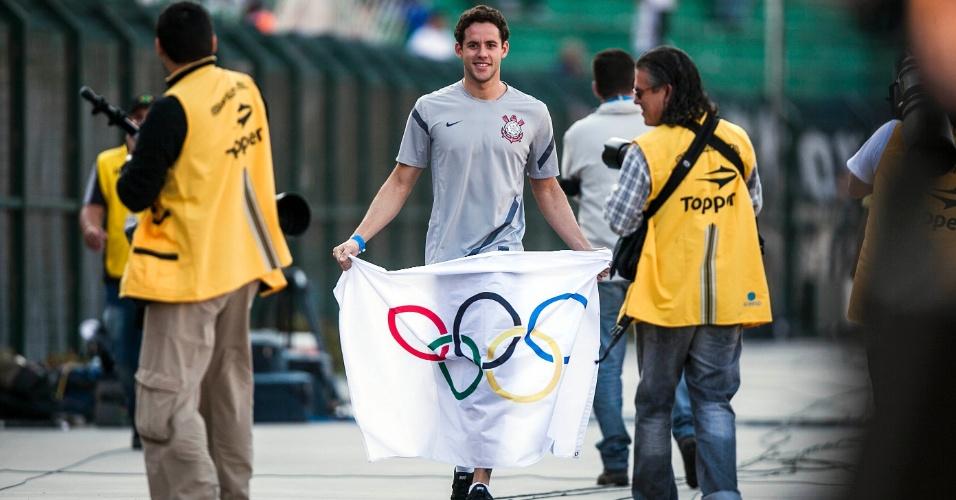 Nadador Thiago Pereira, que compete pelo Corinthians, esteve no Pacaembu para o clássico contra o Palmeiras
