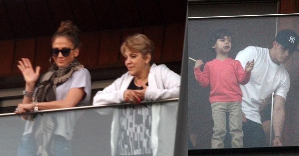 No hotel em que está hospedada no Rio, em Ipanema, Jennifer Lopez acena da sacada, ao lado do filho Max e do namorado Casper. A cantora se apresenta na cidade na próxima quarta-feira, dia 27 (24/6/12)