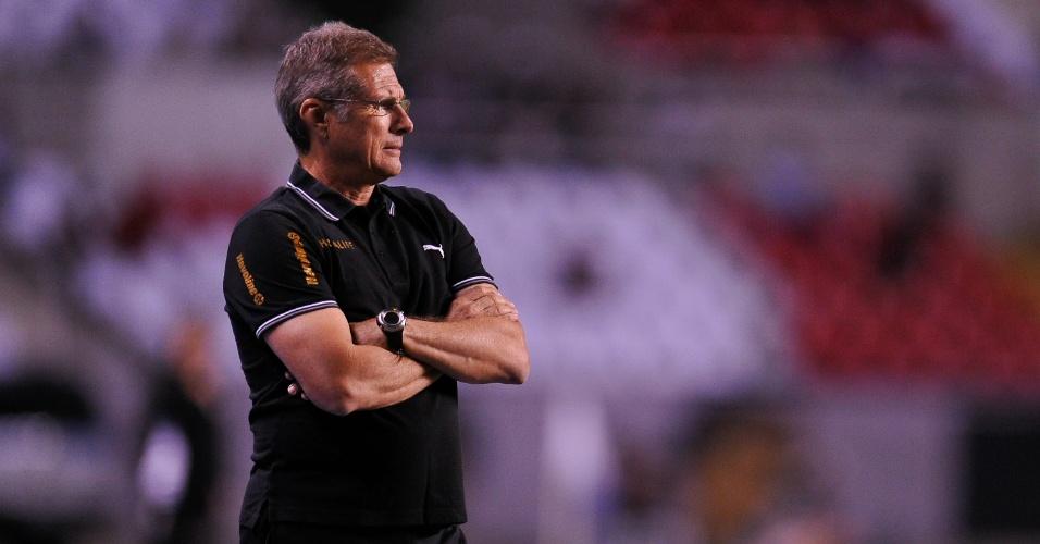 Técnico Oswaldo de Oliveira observa atuação apática do Botafogo no Engenhão
