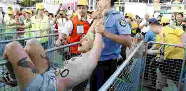 24.jun.2012 - Sara Winter, primeira brasileira a integrar o grupo ativista Femen, é detida durante protesto contra a Eurocopa próximo ao estádio de Kiev, capital da Ucrânia - Anatolii Stepanov/Reuters