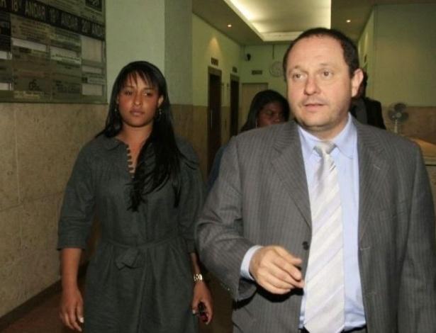 7.jul.2010 - A mulher do goleiro Bruno do Flamengo, Dayanne de Souza, sai do escritório de seu advogado, Ercio Quaresma Firte (d), em Belo Horizonte (MG).