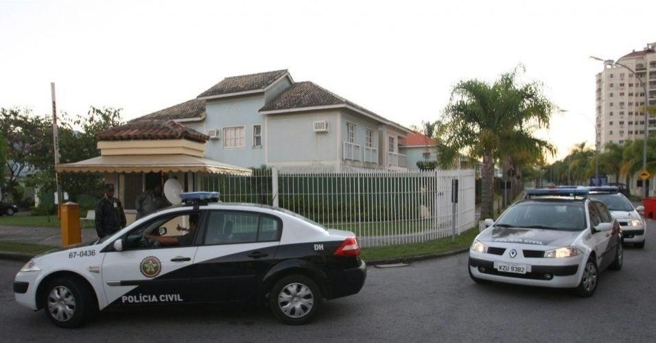 7.jul.2010 - Movimento de viaturas da Delegacia de Homicídios foi grande na manhã desta quarta-feira (7) no condomínio onde mora o goleiro Bruno, do Flamengo, no Recreio dos Bandeirantes, zona oeste do Rio
