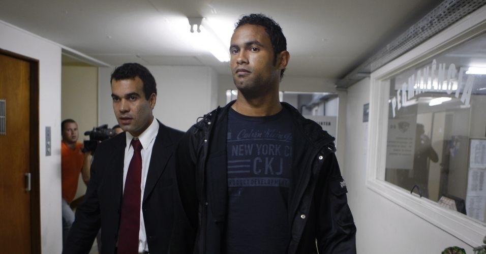 7.jul.2010 - O goleiro Bruno Souza, do Flamengo (dir.), se apresenta na Polinter (Polícia Interestadual), no Andaraí, zona norte do Rio de Janeiro, ao lado de seu advogado Michel Assef Jr.
