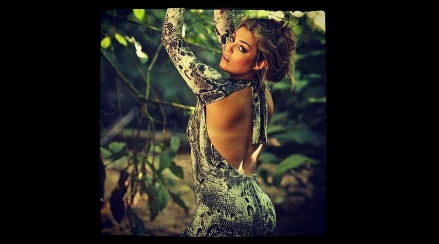 A ex-BBB Monique Amin divulgou imagem de ensaio fotográfico (25/6/12). Na foto, a modelo aparece vestindo macacão decotado com estampa de cobra.