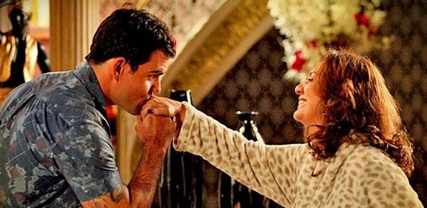 Paixão de Adauto (Juliano Cazarré) por Muricy (Eliane Giardini) é alvo de crítica de familiares e amigos - TV Globo