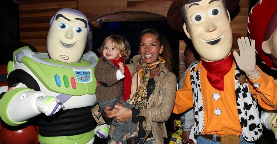 Adriane Galisteu e o filho Vittorio prestigiaram o aniversário de três anos de Pietro, filho do apresentador Otávio Mesquita (25/6/12)