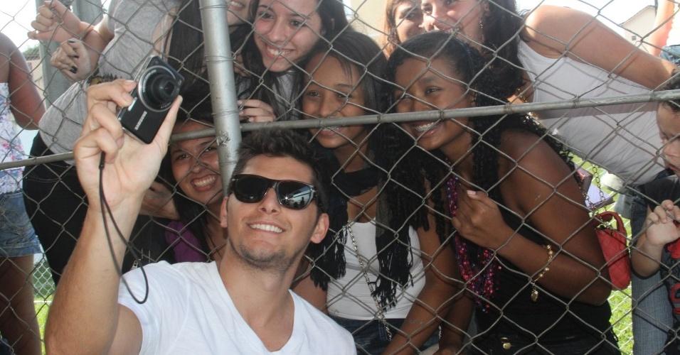 Ator Bruno Gissoni posa ao lado das fãs em Paraíba do Sul, no Rio de Janeiro (24/6/12)