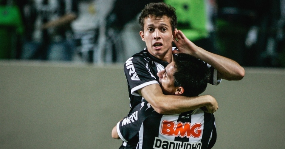 Bernard comemora gol na goleada do Atlético-MG sobre o Náutico por 5 a 1 (23/6/2012)