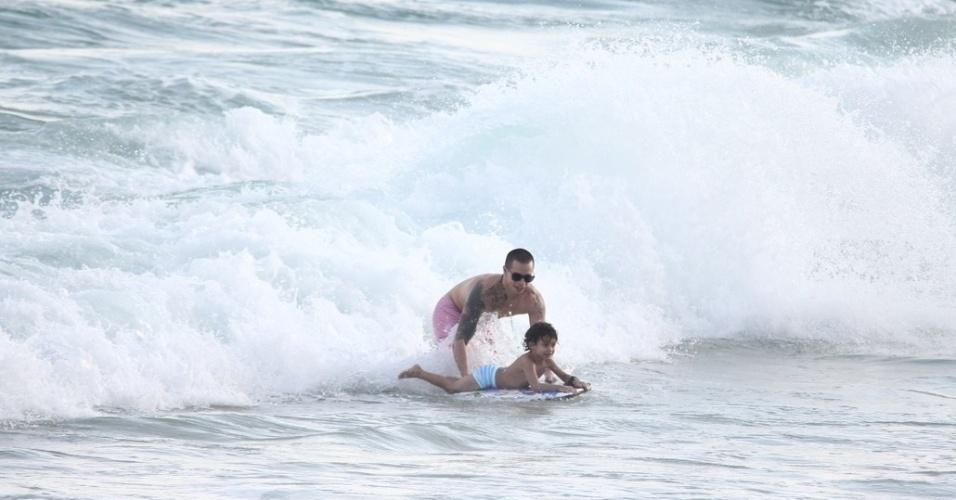 Casper Smart, namorado de Jennifer Lopez, brincou com o filho da cantora, Max, na praia de Ipanema, zona sul do Rio (25/6/12)