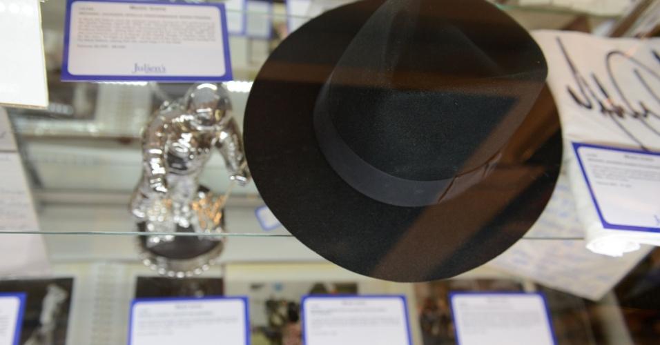 Chapéu usado por Michael Jackson em show de abril de 2002 é leiloado em Los Angeles (23/6/12)