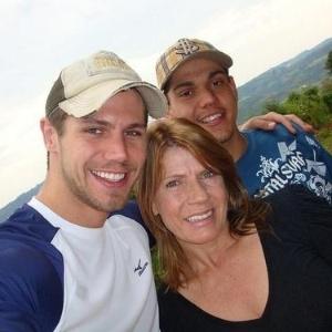 Da esquerda para a direita, o ex-bbb Jonas, a mãe Marlene Verruck e o filho caçula, Rafael Noronha