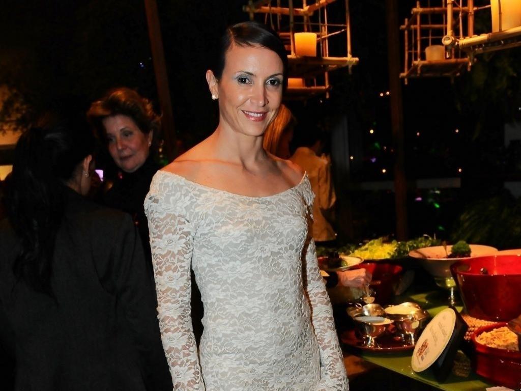 Em geral, Maurren opta por vestidos de cores básicas, como este rendado bege (26/09/2011)