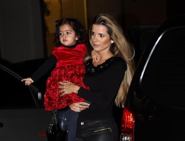 Flávia Camargo, esposa do cantor Luciano, e a filha prestigiaram o aniversário de três anos de Pietro, filho do apresentador Otávio Mesquita (25/6/12)