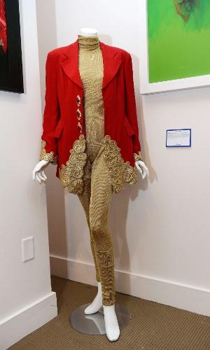 Jaqueta vermelha e body dourado de Whitney Houston são leiloados em Los Angeles (23/6/12)
