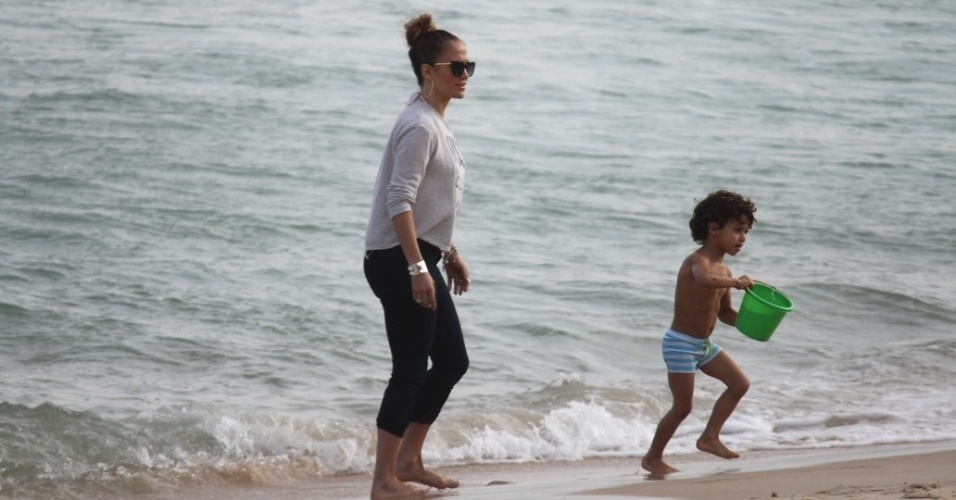 Jennifer Lopez e o filho Max se divertiram na praia de Ipanema, zona sul do Rio (25/6/12)