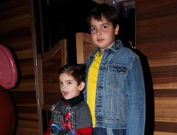 João Guilherme e Rodrigo, filhos de Fausto Silva, prestigiaram o aniversário de três anos de Pietro, filho do apresentador Otávio Mesquita (25/6/12)