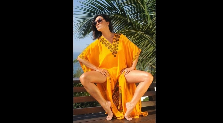 Luiza Brunet divulga foto em que aparece tomando sol (25/6/2012)