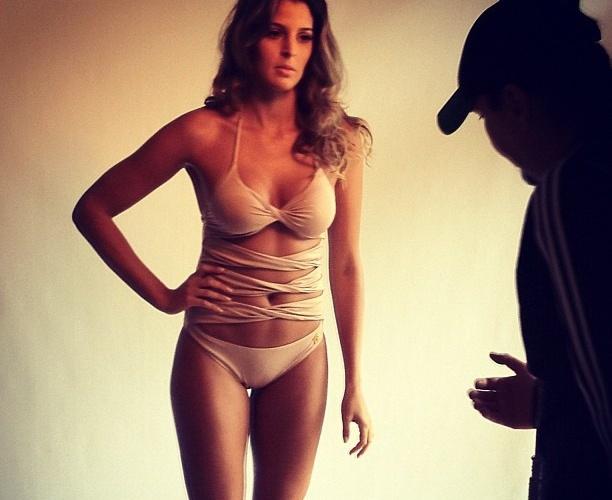 Mari Paraíba ouve instruções de fotógrafo durante ensaio nu para a Playboy