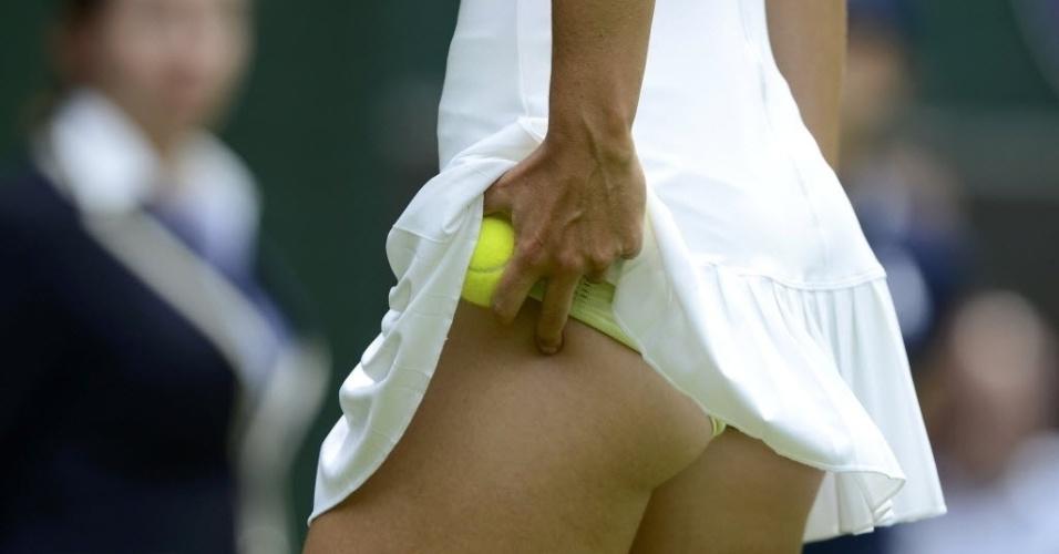 Maria Sharapova se prepara antes de sacar na vitória contra Anastasia Rodionova na estreia em Wimbledon