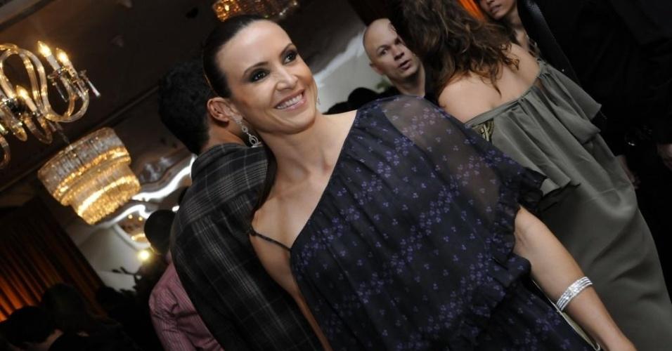 Maurren aparece com os cabelos bem presos e um vestido de corte assimétrico na festa da edição dos 50 mais sexy da Istoé Gente em 2010 (30/08/2010)