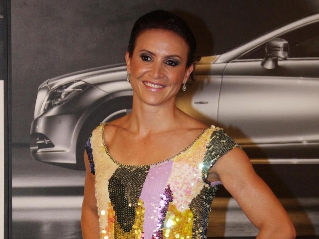Maurren Maggi aparece com um vestido multicolorido e supercurto em um evento da Mercedes-Benz em São Paulo (20/01/2011)