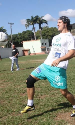"O ator Emiliano D'Avila, o Lúcio de ""Avenida Brasil"", durante partida de futebol (24/6/12)"